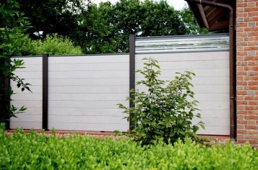 BPC Sichtschutzelement GroJaSolid 180 x 180 x 1,9cm bi-color weiß mit 30cm Design-Glaseinsatz